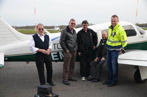 Gruppenfoto mit Ausbildern, Prüfer und Leiter der Flugsicherung
