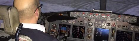 Konzentriert bei der Arbeit im Simulator-Cockpit einer 737-800
